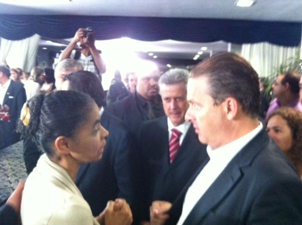 Campos e Marina conversam após entrevista a jornalistas